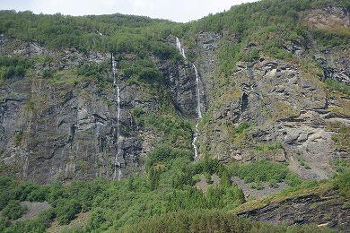 変哲のない滝2013706