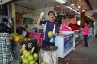 墾丁鵝鑾鼻公園出口の椰子売り140128