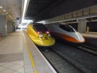 アニメラッピング新幹線と普通の新幹線140118