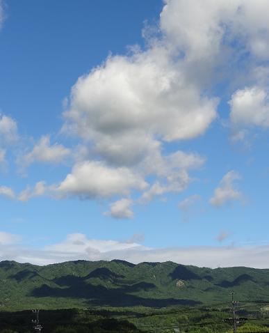 雲と山と影