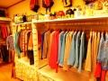 きれいな色の服が並ぶ