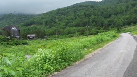 3やっこここまで来ましたら、左はロープウェー乗り場、ここは栂の森ゲレンデです