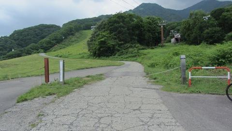 2ゴンドラ中間駅付近、ゲートがありここから一般車両は×、自転車歩行者OKクマに注意