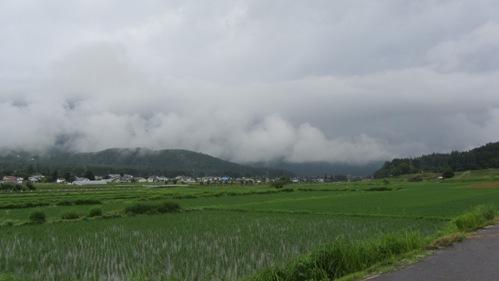 雨雲に煙る白馬村