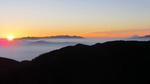 御来光の瞬間八ヶ岳連峰の左から朝陽が、いつどこで見てもご来光の瞬間は感動ものです。