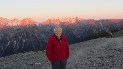御来光後の北アルプス穂高連峰モルゲンロートを背景に一枚