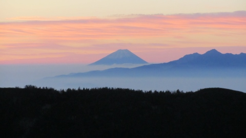御来光前・ここまで来ると富士山がこんなに大きく見えるのですね。