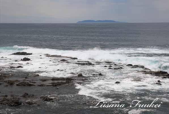 沖合に見える島は、新潟県岩船郡粟島浦村です。ちなみに人口は、438人(男229人・女209人)(平成17年度国勢調査)になっているそうです。天気良い日は、島の灯台の明かりが見えます。
