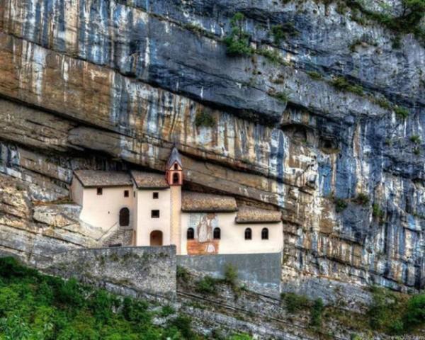 とある崖の家image