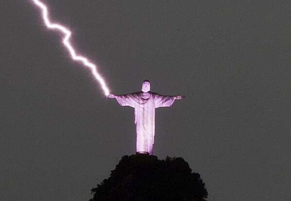 ブラジルのキリスと像に落雷のimage