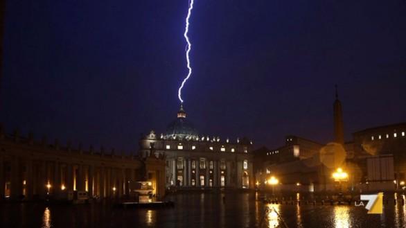 バチカンに落ちた(2013年2月11日)雷のimage