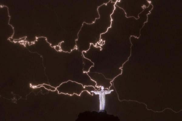 ブラジルのキリスト像の派手な落雷image_convert_20140129001330