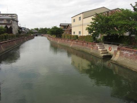 三崎見附跡付近に残る水堀