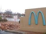 青いロゴのマクドナルド