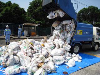 ゴミを排出する集塵車