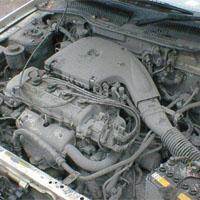 火山灰を被った車のエンジン