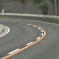 道路の白線と黄色線