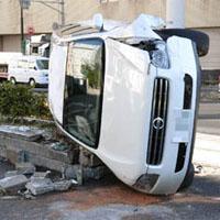凍結路面で事故を起こす車