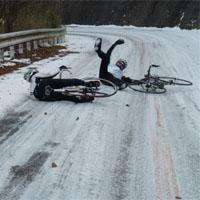 凍結路面で転ぶ人