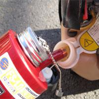 携帯缶から給油