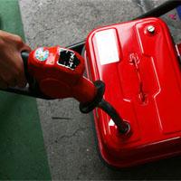 ガソリン携帯缶に給油