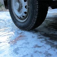 氷上で止まる車