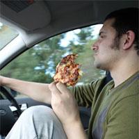 ビザを食べながら運転