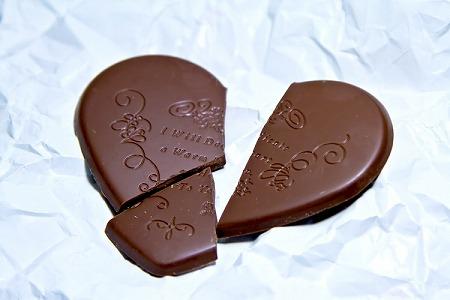 割れた チョコレート 玉砕 無念 失恋