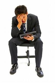 タブレット 考えこむ 悩む ビジネスマン