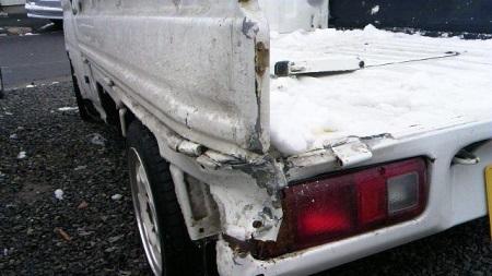 事故った軽トラック