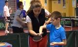 ルーマニア卓球教室/子供にサーブ練習