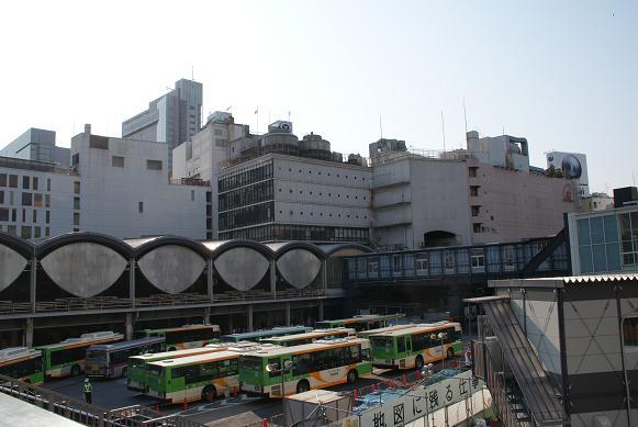 カマボコ駅舎と東急・東横店