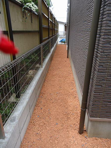 防草シート+瓦のチップ