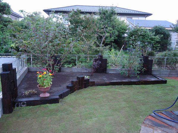 枕木伝いと花壇.2