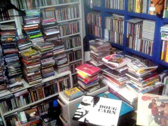 大地震で、ボクの部屋のCDライブラリーが大変なコトになってるかも