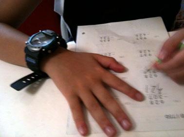 デジタルな腕時計が自慢のノマド小学三年生。