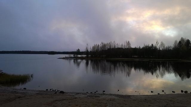 曇りの合間の夕暮れの湖
