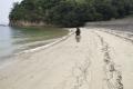 弓削島の浜辺を歩く