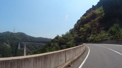 小里城大橋を渡る