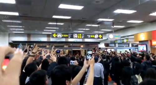 【動画】声優の水樹奈々さん、台湾ファンから熱烈歓迎! 空港に台湾のお前ら多すぎw 歓声すげええええ