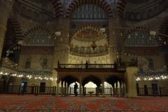 セリミアジャーニー 夜のモスク内
