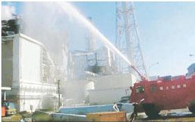 blog 3号機使用済み燃料プールを目掛けて放水する自衛隊の消防車。2011.3.18