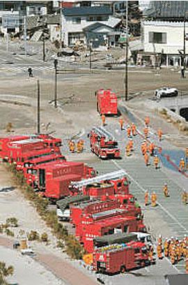 blog 使用済み燃料プールへ放水するため集結した緊急消防援助隊 2011.3.18