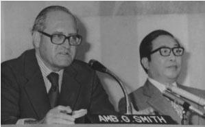 blog 77年9月スミス米特別代表(左)と宇野科技庁長官
