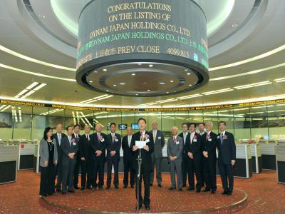 香港証券取引所で上場の挨拶をするダイナムジャパンホールディングスの佐藤洋治社長