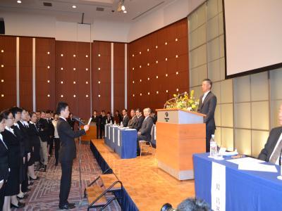 韓裕社長の前で決意表明を行なう新入社員の代表