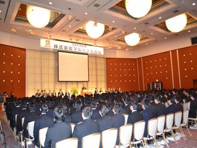 久々の大量採用で290名の新入社員が一堂に会した式典会場