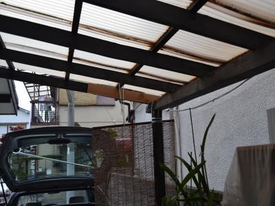 物干し場では朽ちかけた柱や梁の補強や穴の開いた屋根の補修を行なった
