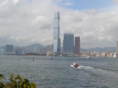 中環から上環まで歩くうちに見えてくる海とビル群の香港的な風景