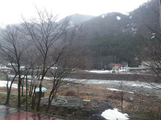 春雨の湯檜曽川